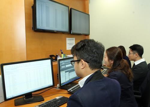 Kiểm tra, giám sát đấu thầu trái phiếu điện tử. Ảnh: TTXVN