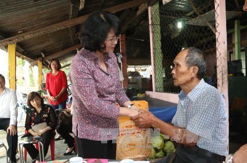 Phó Chủ tịch nước Đặng Thị Ngọc Thịnh thăm, tặng quà ông Nguyễn Văn Ước Ảnh: TTXVN