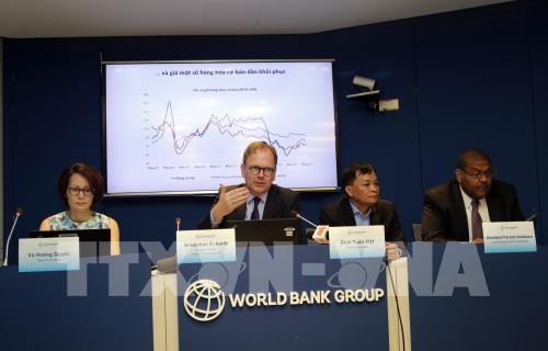 Ông Sebastian Eckardt, Chuyên gia kinh tế trưởng, Quyền Giám đốc quốc gia WB tại Việt Nam trình bày báo cáo tại lễ công bố. Ảnh: TTXVN