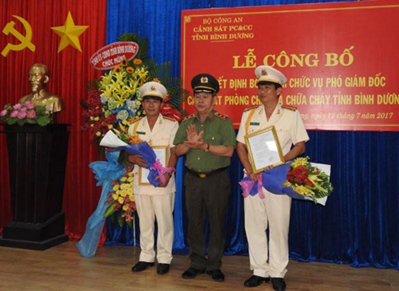 Trung tướng Nguyễn Thanh Nam, Phó Tổng cục trưởng Tổng Cục Chính trị trao quyết định bổ nhiệm cho 2 phó giám đốc Cảnh sát PCCC tỉnh Bình Dương. Ảnh: báo Bình Dương