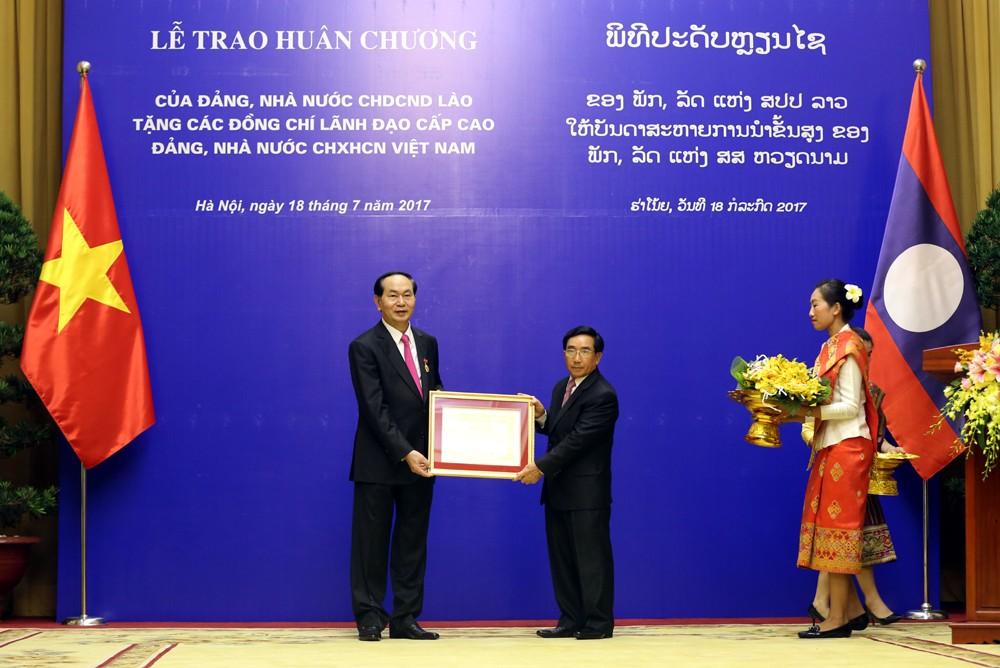 Đồng chí Phankham Viphavanh trao tặng Huân chương Vàng quốc gia Lào cho Chủ tịch nước Trần Đại Quang. Ảnh: VGP