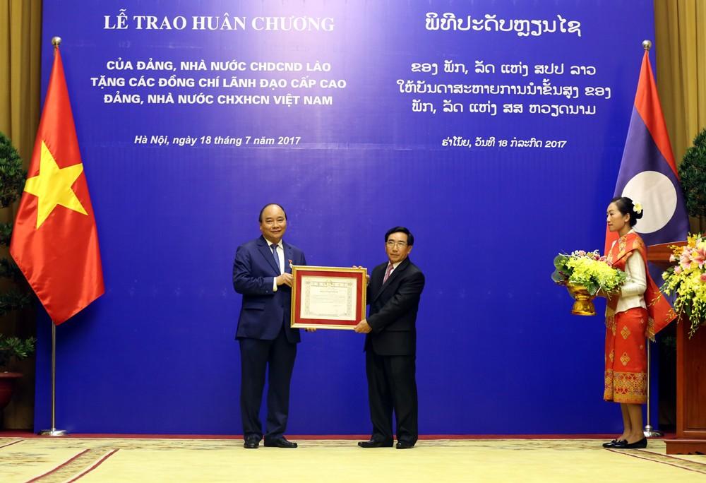 Lào trao tặng huân chương cao quý cho lãnh đạo cấp cao Việt Nam - ảnh 1