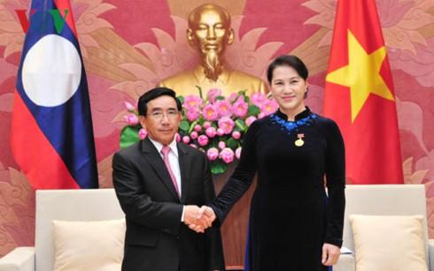 Chủ tịch Quốc hội Nguyễn Thị Kim Ngân và Ủy viên Bộ Chính trị, Thường trực Ban bí thư, Phó Chủ tịch nước CHDCND Lào Phankham Viphavan. Ảnh: VOV