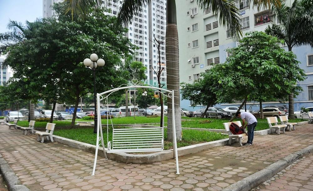 Người dân bức xúc về ý định chuyển vườn hoa thành chợ.