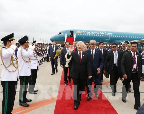 Tổng Bí thư Nguyễn Phú Trọng đến sân bay quốc tế Pochentong ở thủ đô Phnom Penh. Ảnh: TTXVN