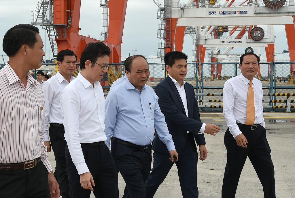 Thủ tướng Nguyễn Xuân Phúc thị sát Cảng Container quốc tế Cái Mép. Ảnh: VGP