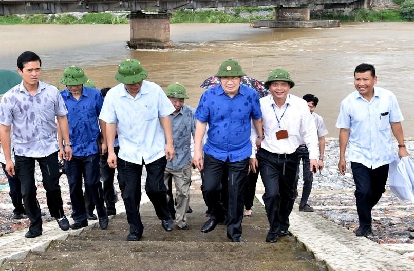Ngay sau cuộc họp, Phó Thủ tướng Trịnh Đình Dũng đã thị sát tình hình ứng phó xả nước tại khu vực cầu Đuống. Ảnh: VGP