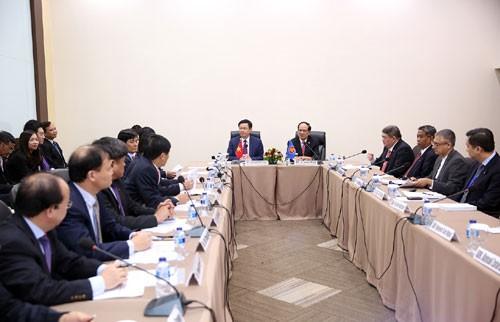 Phó Thủ tướng Vương Đình Huệ làm việc tại Ban Thư ký ASEAN - ảnh 1