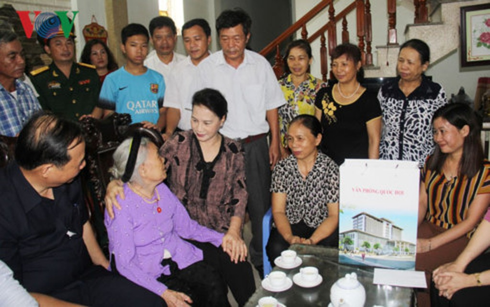 Chủ tịch Quốc hội thăm Mẹ Việt Nam anh hùng Nguyễn Thị Thu. Ảnh: VOV