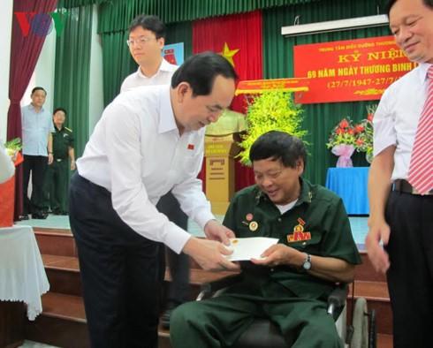 Chủ tịch nước tặng quà một thương binh tại Trung tâm điều dưỡng huyện Duy Tiên (Hà Nam). Ảnh: VOV