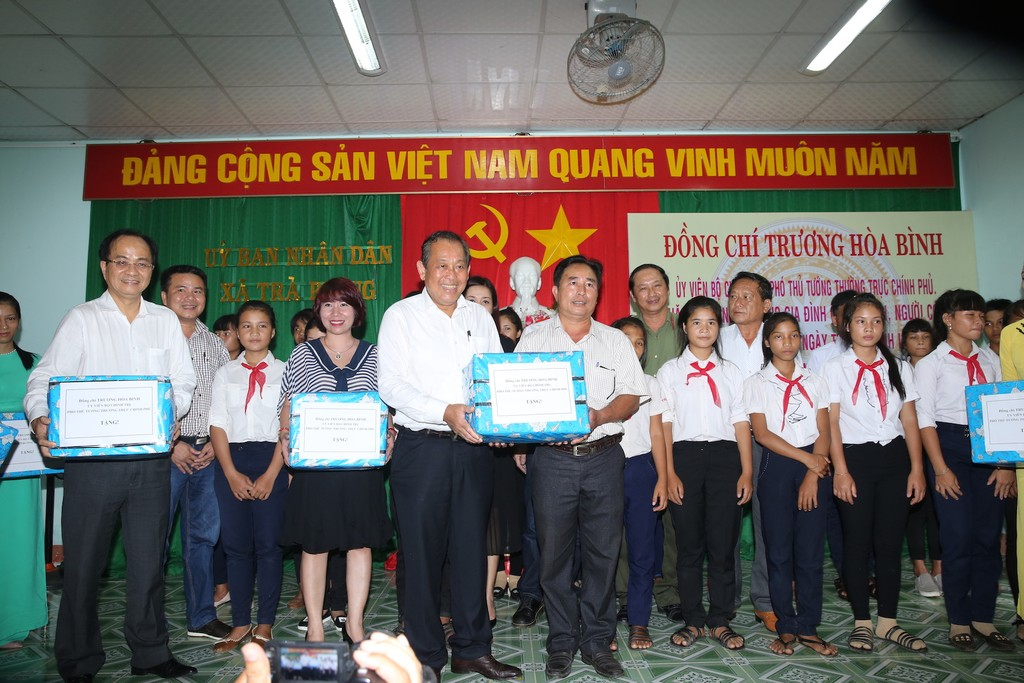 Phó Thủ tướng Thường trực Chính phủ Trương Hoà Bình thăm, tặng quà các gia đình chính sách, học sinh hiếu học huyện miền núi Tây Trà, tỉnh Quảng Ngãi. Ảnh: VGP