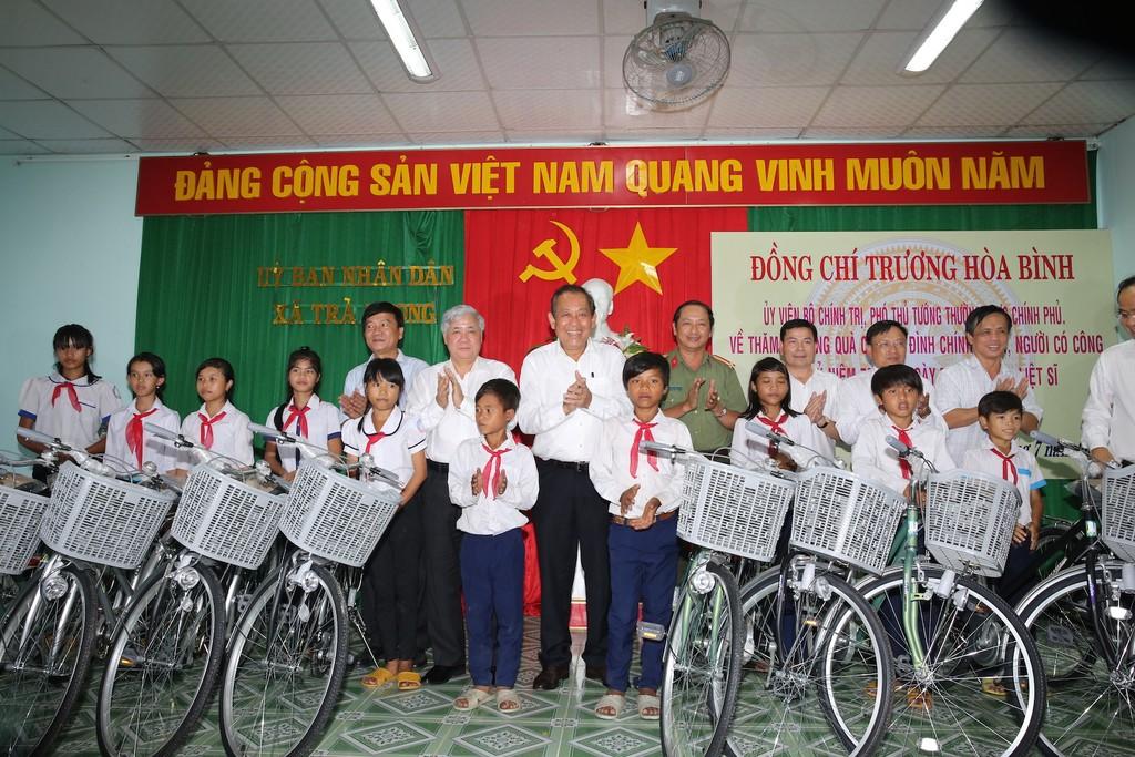Phó Thủ tướng Thường trực Chính phủ thăm, tặng quà gia đình chính sách, học sinh hiếu học - ảnh 1
