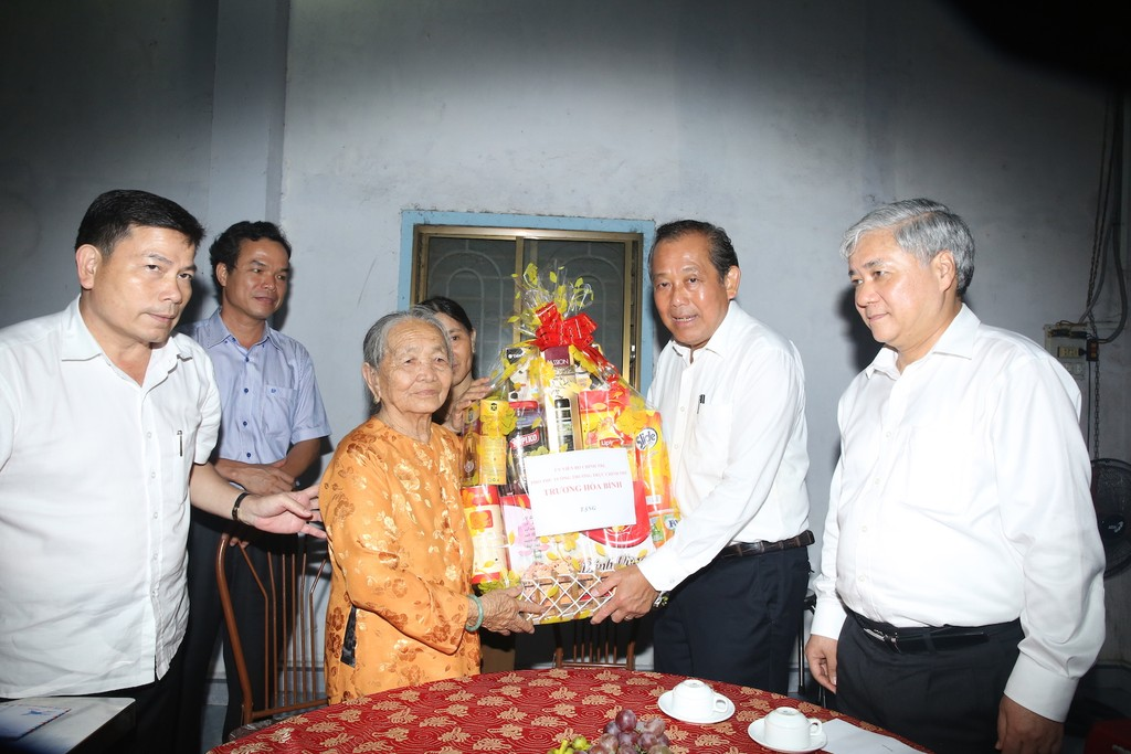 Phó Thủ tướng Thường trực Chính phủ thăm, tặng quà gia đình chính sách, học sinh hiếu học - ảnh 2