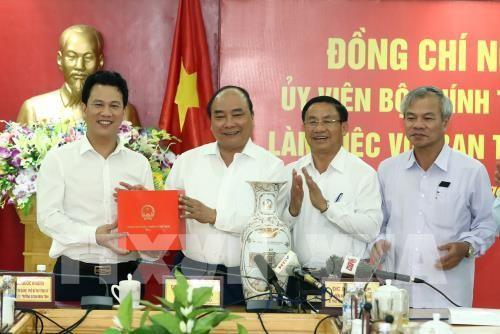 Thủ tướng Nguyễn Xuân Phúc tặng quà lưu niệm cho tỉnh Hà Tĩnh chiều 24/7/2017. Ảnh: TTXVN