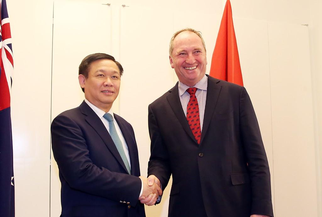 Phó Thủ tướng Vương Đình Huệ và Quyền Thủ tướng kiêm Bộ trưởng Bộ Nông nghiệp và Tài nguyên nước Australia Barnaby Joyce. Ảnh: VGP