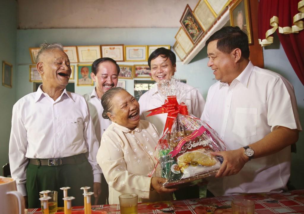 Bộ trưởng  Nguyễn Chí Dũng và đoàn công tác Bộ KH&ĐT đã đến thăm và tặng quà cho gia đình bà Hồ Thị Giờ (Gia đình có công CM), thị trấn Khe Sanh, huyện Hướng Hóa (Quảng Trị). Ảnh: Lê Tiên