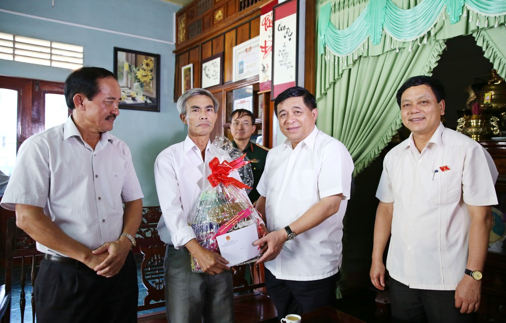 Bộ Kế hoạch và Đầu tư thăm, tặng quà các gia đình chính sách tại Quảng Trị - ảnh 3