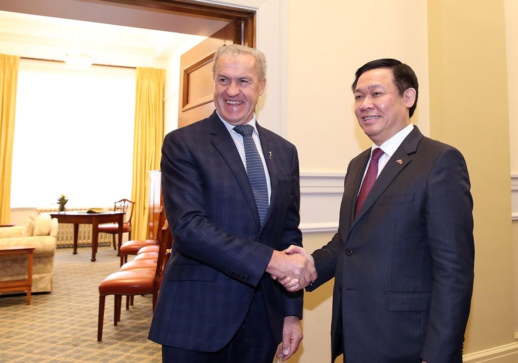 Phó Thủ tướng Vương Đình Huệ và Chủ tịch Quốc hội New Zealand David Carter. Ảnh: VGP