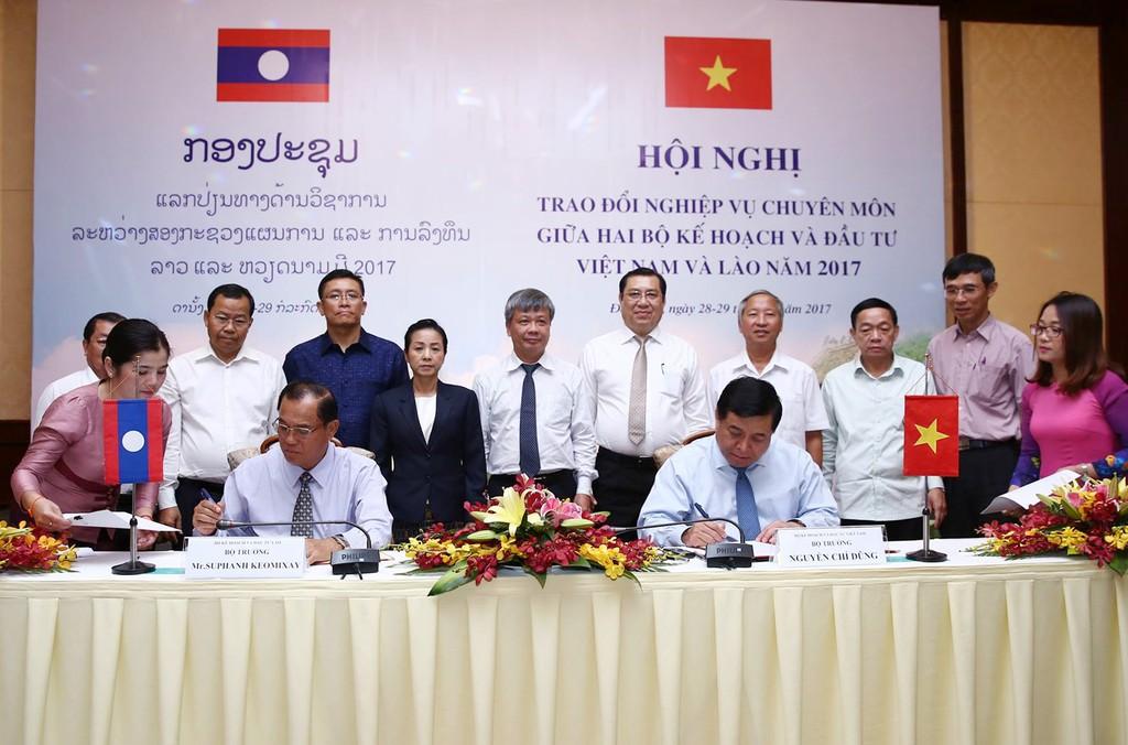Bộ trưởng Nguyễn Chí Dũng và Bộ trưởng Xu-phăn Kẹo-mi-xay ký biên bản hợp tác giai đoạn 2017-2018.