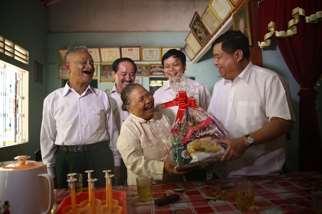 Bộ trưởng Bộ KH&ĐT Nguyễn Chí Dũng thăm gia đình bà Hồ Thị Giờ (Khe Sanh, Quảng Trị) – gia đình có công với cách mạng. Ảnh: VGP
