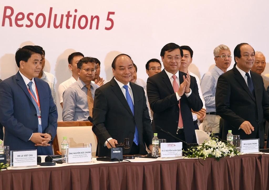 Thủ tướng Nguyễn Xuân Phúc gõ búa thể hiện sự đoàn kết thống nhất cao của diễn đàn. Ảnh: VGP