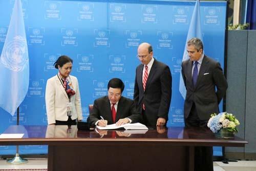 Ngày 22/9 tại trụ sở LHQ, thừa uỷ quyền của Chủ tịch nước Trần Đại Quang, Phó Thủ tướng, Bộ trưởng Ngoại giao Phạm Bình Minh đã ký Hiệp ước Cấm vũ khí hạt nhân. Ảnh: BNG