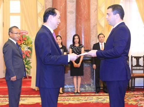 Chủ tịch nước Trần Đại Quang nhận Quốc thư từ Đại sứ Israel Nadap Eshka. Ảnh: VOV
