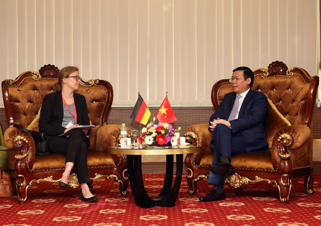 Phó Thủ tướng Vương Đình Huệ và bà Lucia Bergfeld, Bí Thư thứ nhất, Tham tán phát triển của Đại sứ quán Đức tại Việt Nam. Ảnh: VGP