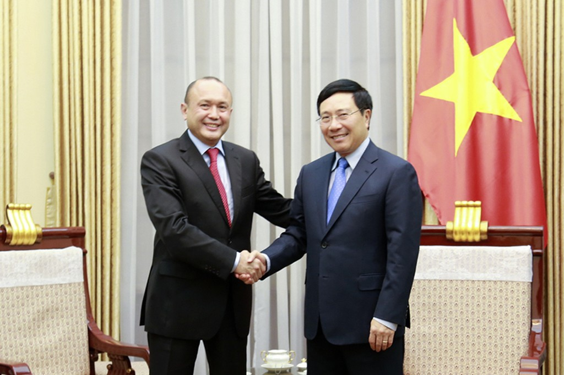 Phó Thủ tướng, Bộ trưởng Ngoại giao Phạm Bình Minh và Đại sứ Kazakhstan tại Việt Nam Beketzhan Zhumakhanov. Ảnh: BNG