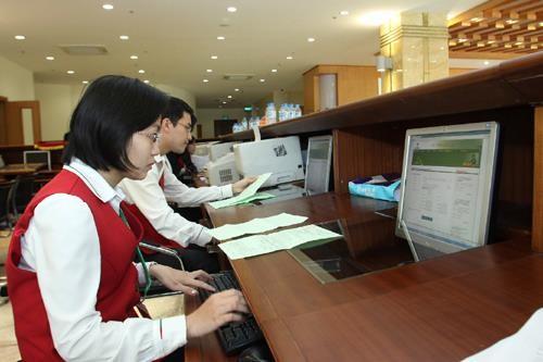 Nhập thông tin vào hệ thống đấu giá điện tử tại Sở Giao dịch Chứng khoán Hà Nội. Ảnh: TTXVN.