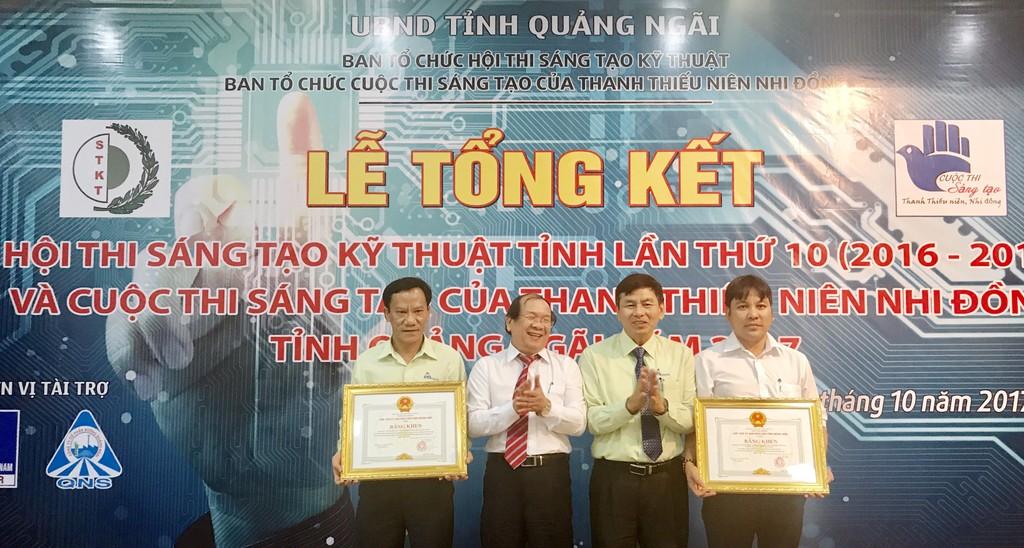 Kỹ sư Nguyễn Ngọc Thanh (bìa phải) nhận bằng khen của UBND tỉnh Quảng Ngãi