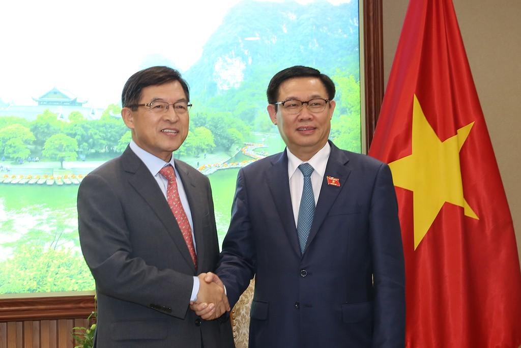 Phó Thủ tướng Vương Đình Huệ tiếp ông Shim Wonhwan, Tổng Giám đốc Tổ hợp Samsung Việt Nam. Ảnh: VGP