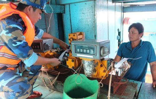 Cảnh sát biển kiểm tra, niêm phong trang thiết bị của các tàu chở dầu DO trái phép, bị bắt giữ trên vùng biển Tây Nam. Ảnh: TTXVN