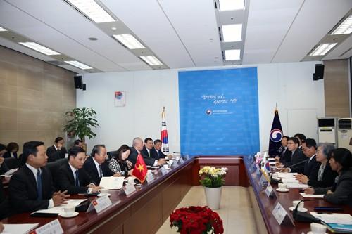 Phó Thủ tướng Trường trực Chính phủ Trương Hòa Bình làm việc với Ủy ban Chống tham nhũng và Quyền công dân Hàn Quốc. Ảnh: VGP