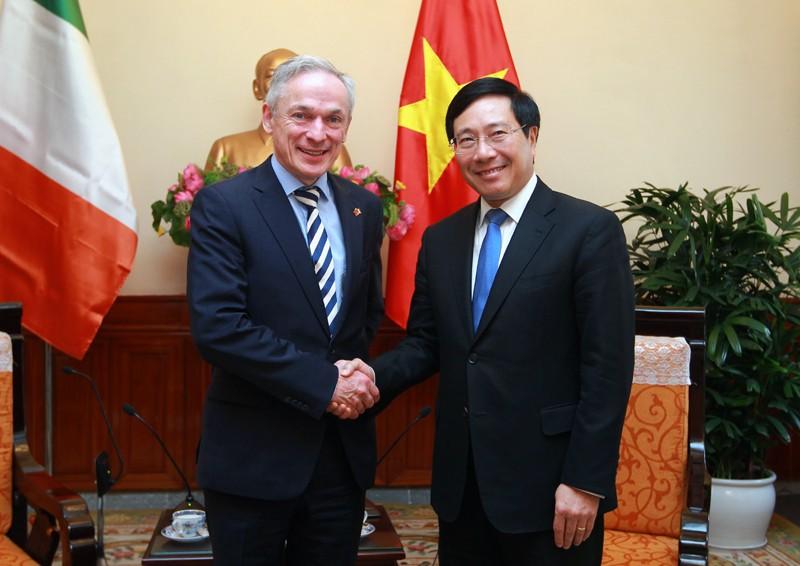 Phó Thủ tướng, Bộ trưởng Ngoại giao Phạm Bình Minh và Bộ trưởng Giáo dục và Kỹ năng Ireland Richard Bruton. Ảnh: VGP