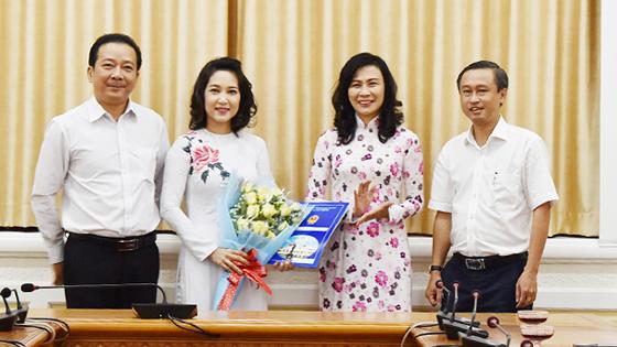 Phó Chủ tịch UBND TPHCM Nguyễn Thị Thu trao quyết định Phó Giám đốc Sở VH-TT cho đồng chí Nguyễn Thị Thanh Thúy. Ảnh Internet