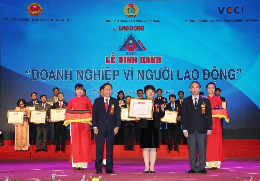 Bà Lê Thị Kim Khuyên, Ủy viên HĐQT, Chủ tịch Công đoàn BIDV vinh dự nhận Bằng khen của Bộ LĐTB&XH.