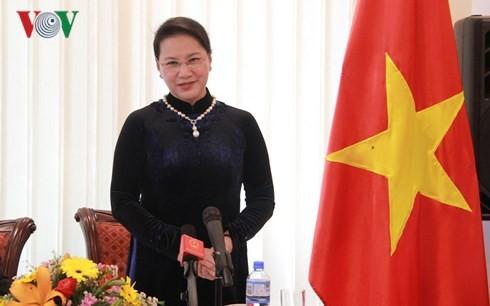 Chủ tịch Quốc hội thăm và làm việc với Đại sứ quán Việt Nam tại Australia - ảnh 1