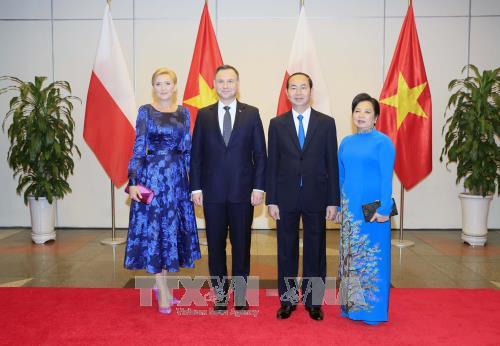 Chủ tịch nước Trần Đại Quang và Phu nhân cùng Tổng thống Cộng hòa Ba Lan Andrzej Duda và Phu nhân chụp ảnh chung tại tiệc chiêu đãi tối 28/11. Ảnh: TTXVN