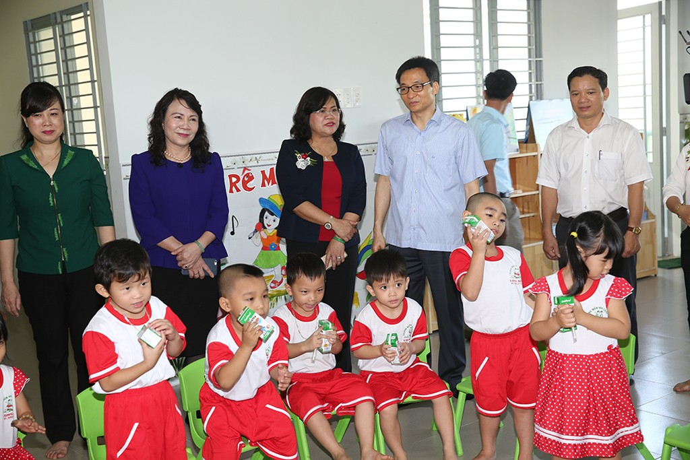 Phó Thủ tướng Vũ Đức Đam thăm trường mầm non phường Long Bình được đầu tư xây mới trị giá 15 tỷ đồng. Ảnh: VGP