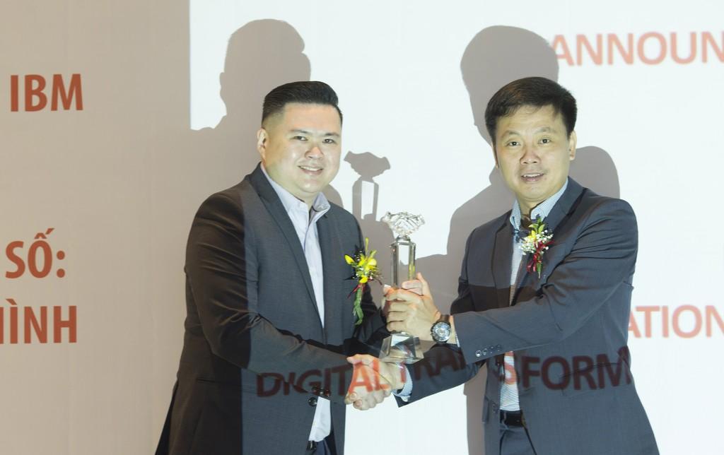Joseph Lim - IBM Asean, Integrated Cloud Channel Leader trao chứng nhận Platinum cho ông Phạm Minh Tuấn - Ceo FPT IS