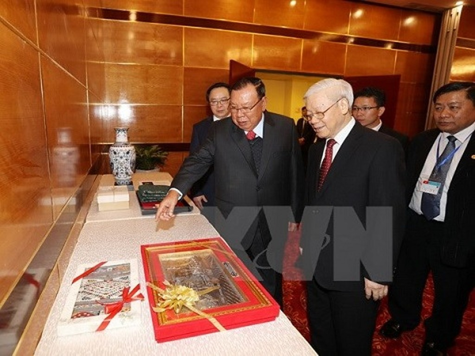 Tổng Bí thư Nguyễn Phú Trọng và Tổng Bí thư, Chủ tịch nước Lào Bounnhang Vorachith giới thiệu và trao đổi tặng phẩm.