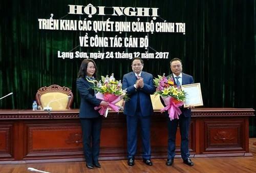 Trưởng ban Tổ chức TƯ (giữa) trao quyết định, tặng hoa cho bà Lâm Thị Phương Thanh và ông Trần Sỹ Thanh. Nguồn: dantri.com.vn