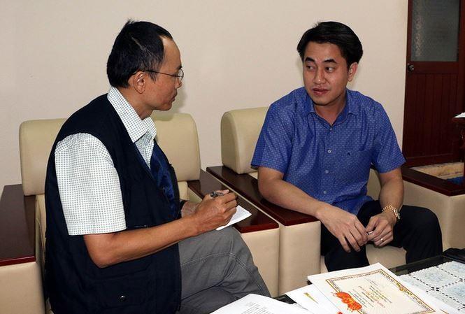 Ông Huỳnh Thanh Phong, Giám đốc Sở Công Thương Hậu Giang (phải) trả lời phỏng vấn phóng viên TTXVN. Ảnh: TTXVN.