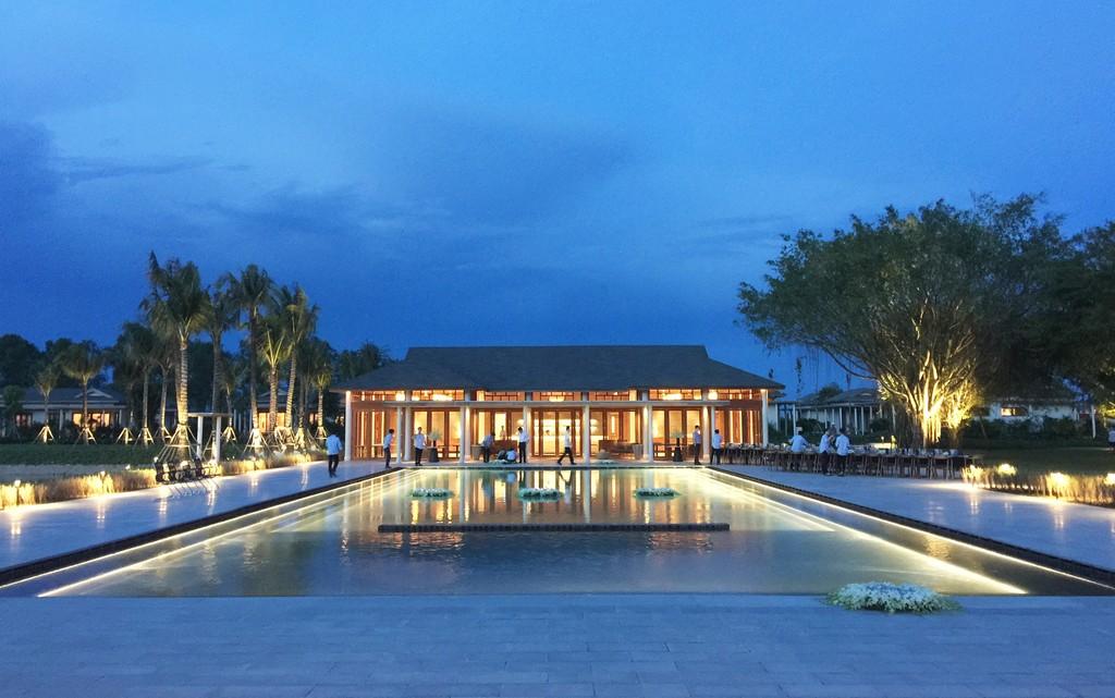 Hồ bơi và nhà hàng phong cách Đông Dương