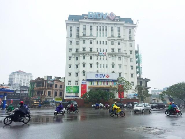 Nhóm đối tượng người Đài Loan và Việt Nam đang rút tiền hơn 355 triệu đồng tại Ngân hàng BIDV Chi nhánh Thừa Thiên Huế đường Hùng Vương thì bị công an bắt giữ