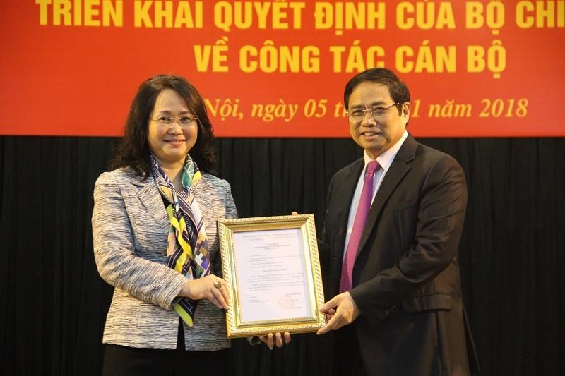 Đồng chí Phạm Minh Chính trao quyết định cho đồng chí Lâm Thị Phương Thanh. Ảnh Tuyengiao.vn