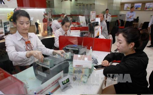 Tỷ giá trần mà các ngân hàng áp dụng hôm nay là 23.070 VND/USD. Ảnh: TTXVN