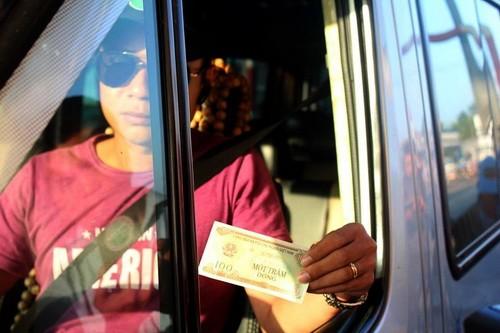 Tài xế nhận tiền thối 100 đồng tại trạm BOT.