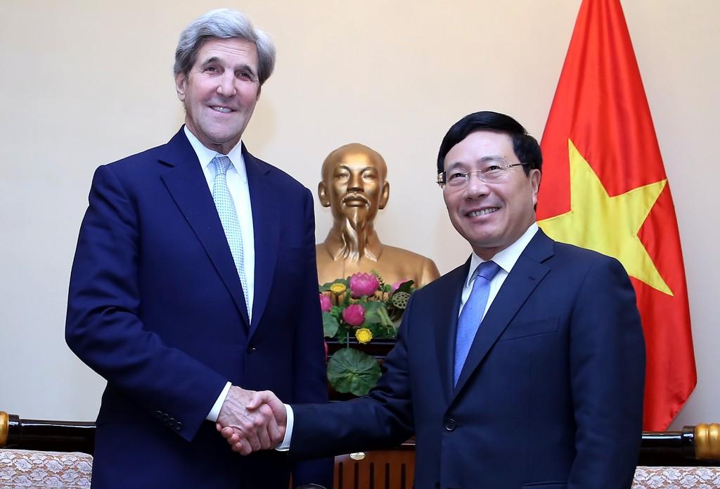 Phó Thủ tướng, Bộ trưởng Bộ Ngoại giao Phạm Bình Minh tiếp ông John Kerry, cựu Ngoại trưởng Hoa Kỳ. Ảnh: VGP